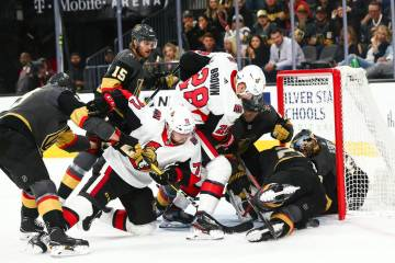Chris Tierney (71) y Connor Brown (28) de Ottawa Senators intentan enfrentarse a los Golden Kni ...