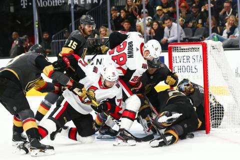 Chris Tierney (71) y Connor Brown (28) de Ottawa Senators intentan enfrentarse a los Golden Kni ...