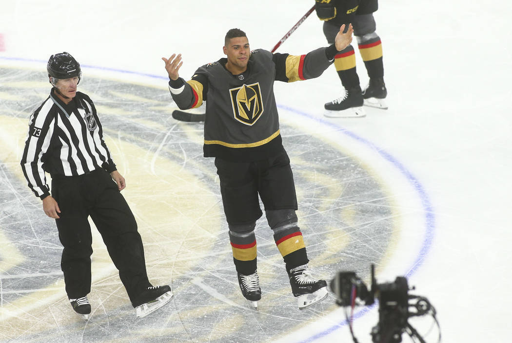 Ryan Reaves de los Golden Knights se dirige a la multitud después de pelear contra Scott Sabou ...