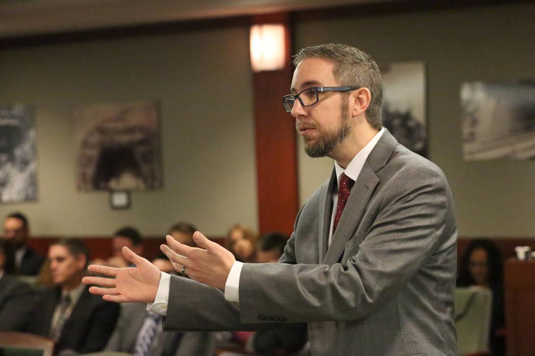 El abogado Brandon Trout argumenta en la corte para el Grupo Siegel, la compañía que afirma q ...