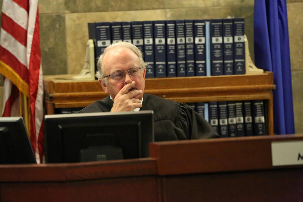 El Juez Mark Denton escucha los argumentos de los abogados del el Grupo Siegel, la compañía q ...