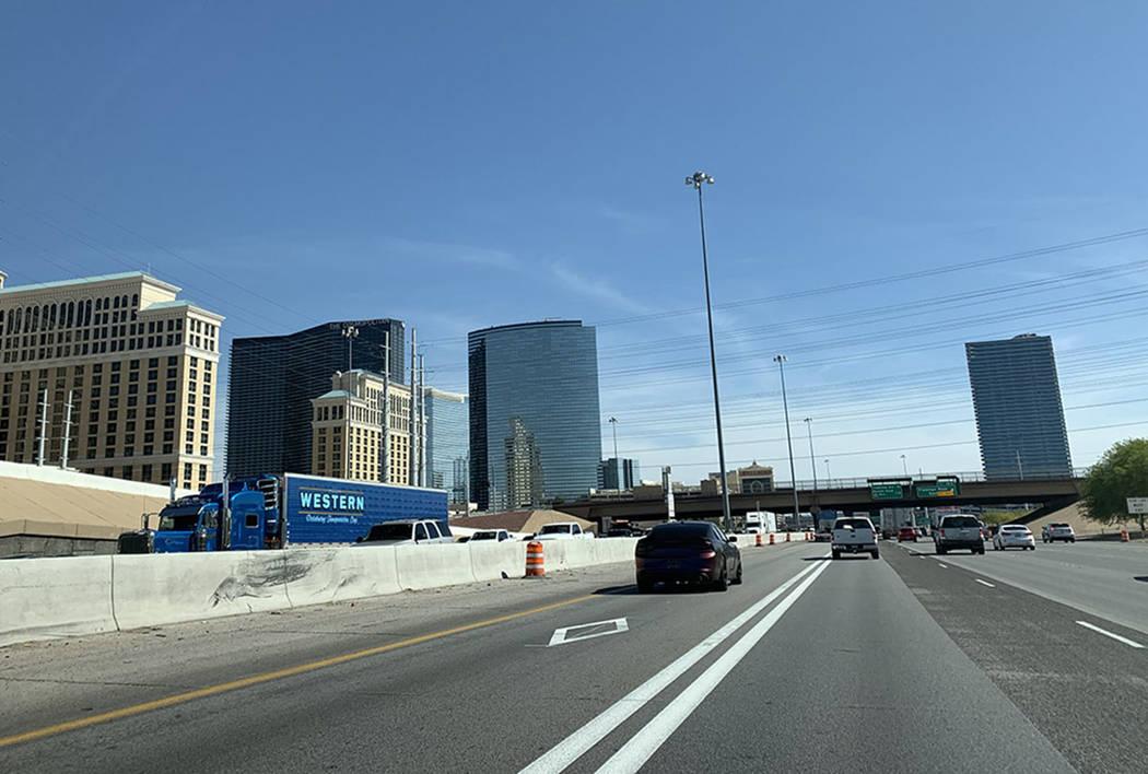 Un automóvil circula por el carril de vehículos de alta ocupación. (Las Vegas Review-Journal)
