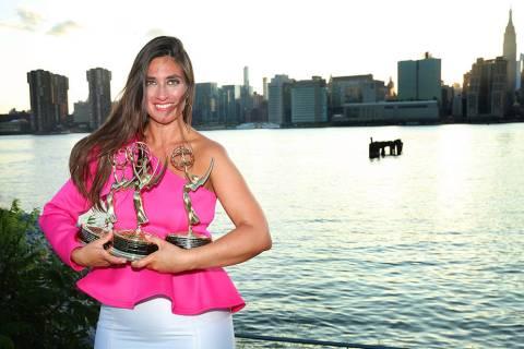 Begoña Sevilla posa junto a tres de sus siete Premios Emmy, con la isla de Manhattan de fondo. ...