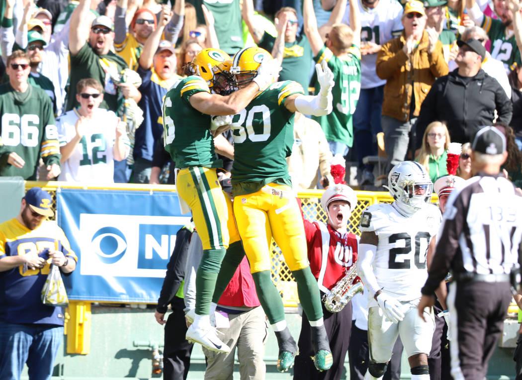 El receptor abierto de los Green Bay Packers, Jake Kumerow (16), celebra su touchdown con el re ...