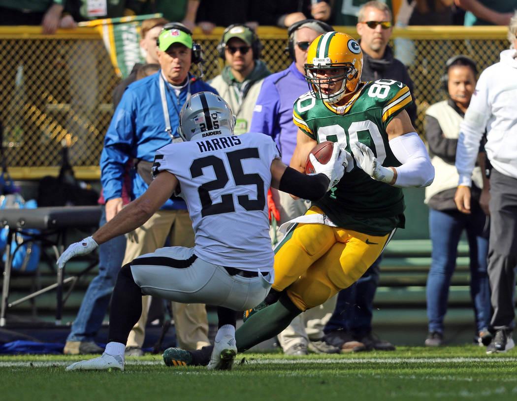 El receptor cerrado de los Green Bay Packers, Jimmy Graham (80), intenta superar al safety de l ...