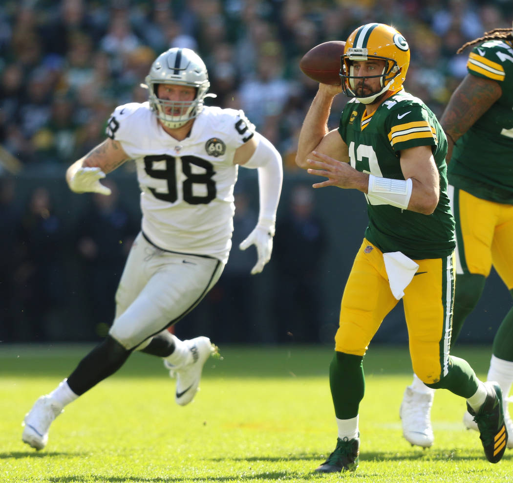 El mariscal de campo de los Green Bay Packers, Aaron Rodgers (12), se prepara para lanzar el ba ...