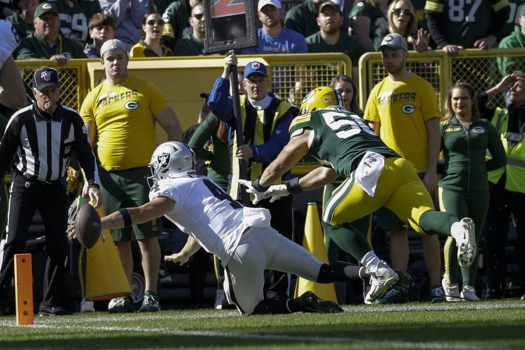 Derek Carr de los Oakland Raiders pierde el balón cuando llega a la zona de anotación durante ...
