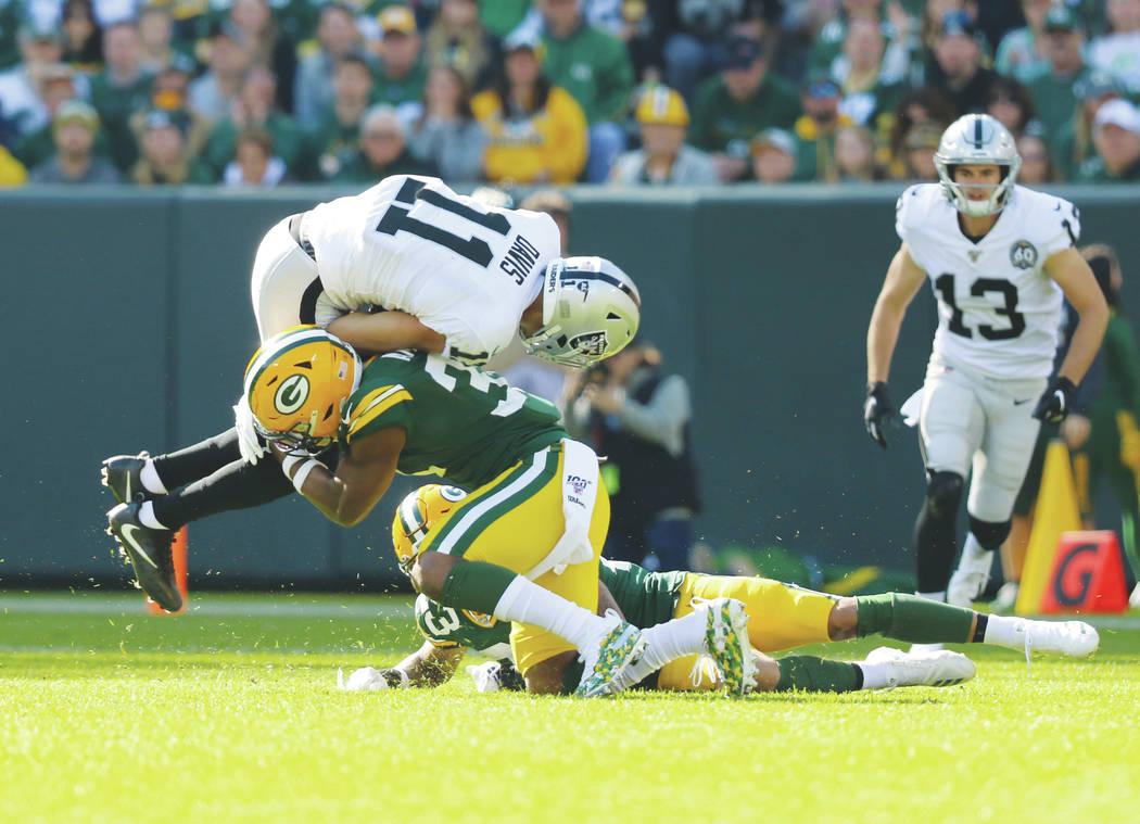 El receptor abierto de los Oakland Raiders, Trevor Davis (11), intenta saltar sobre el safety d ...
