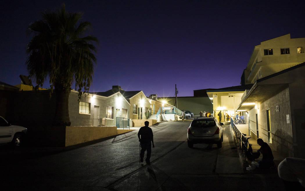 Anthony Lowe, quien ha estado sin hogar desde el diciembre pasado, al centro, camina alrededor ...