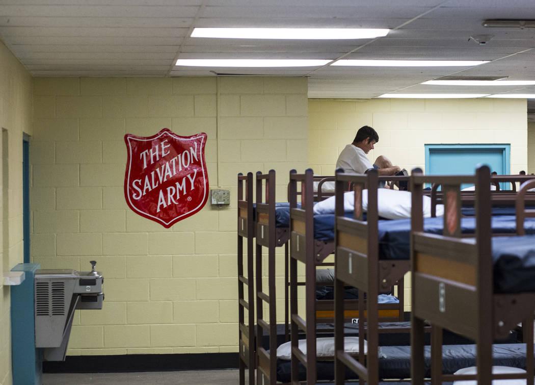 Una vista de las literas en el refugio para personas sin hogar de Salvation Army cerca del cent ...
