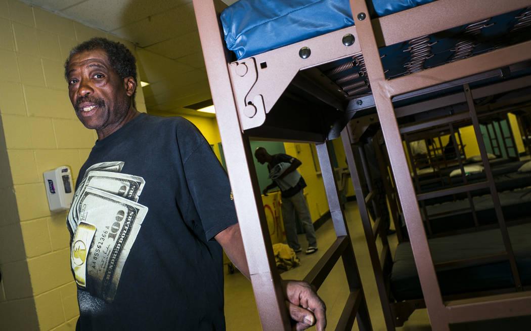 Anthony Lowe, quien ha estado sin hogar desde el diciembre pasado, camina alrededor del refugio ...