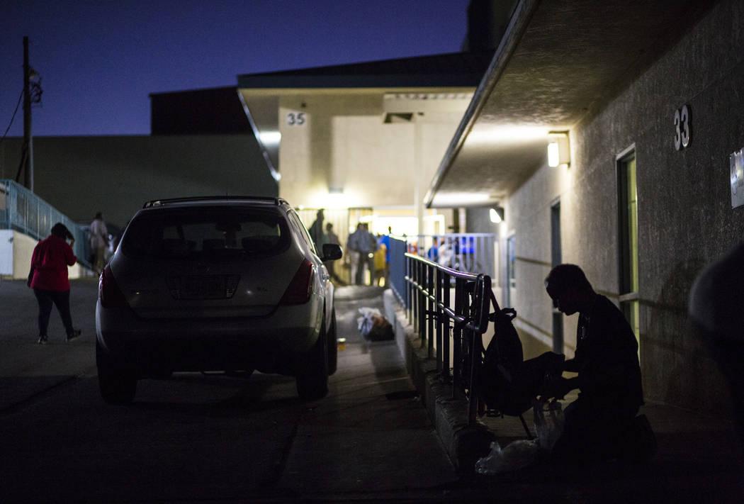 Un patrocinado del refugio para personas sin hogar de Salvation Army, a la derecha, revisa sus ...