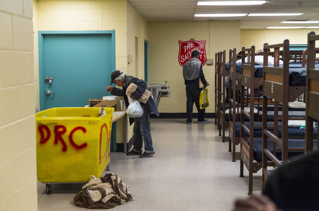 Los patrocinados del refugio para personas sin hogar Salvation Army obtienen suministros cerca ...