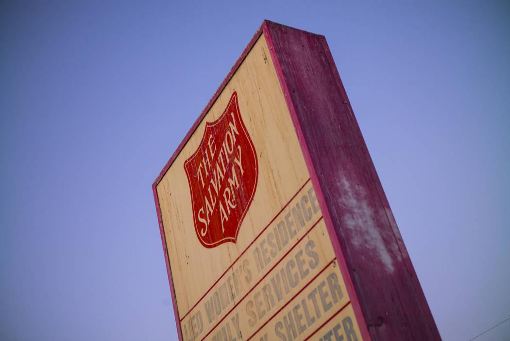 Un letrero del refugio para personas sin hogar Salvation Army cerca del centro de Las Vegas el ...