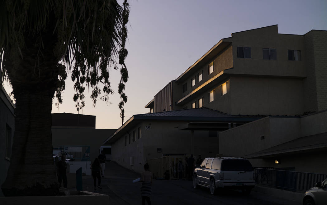 La luz se refleja en las ventanas cuando el sol se pone en el refugio para personas sin hogar S ...