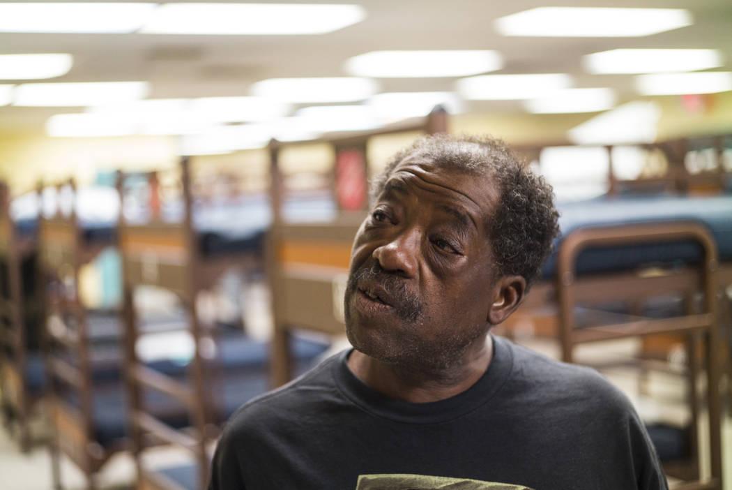 Anthony Lowe, quien ha estado sin hogar desde el diciembre pasado, habla sobre el uso del refug ...