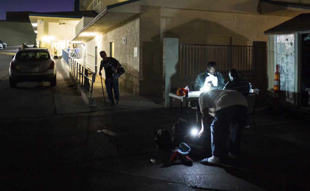 Los patrocinados del refugio para personas sin hogar Salvation Army revisan sus suministros cer ...