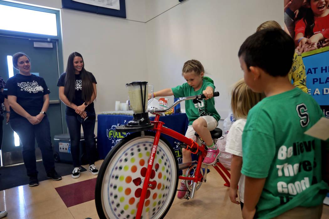 Isabella Duren, de cinco años, pedalea una bicicleta que alimenta una licuadora para hacer un ...