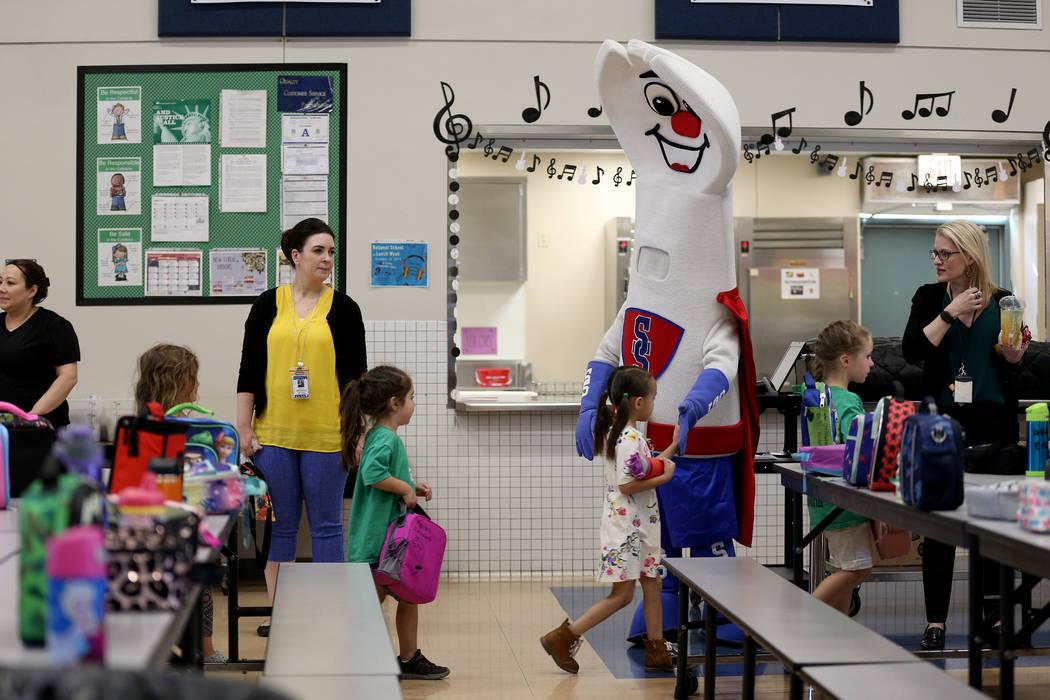 La mascota de los servicios alimenticios del Distrito Escolar del Condado de Clark, Sporky, cho ...