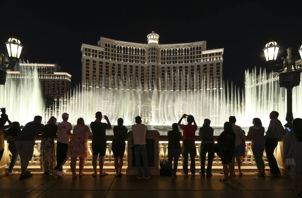 El espectáculo de las fuentes fuera del Bellagio en el Strip de Las Vegas. (Richard Brian/Las ...