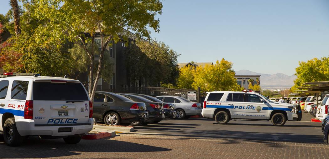 Los oficiales trabajan en la escena de un tiroteo en The Equestrian on Eastern Apartments el lu ...