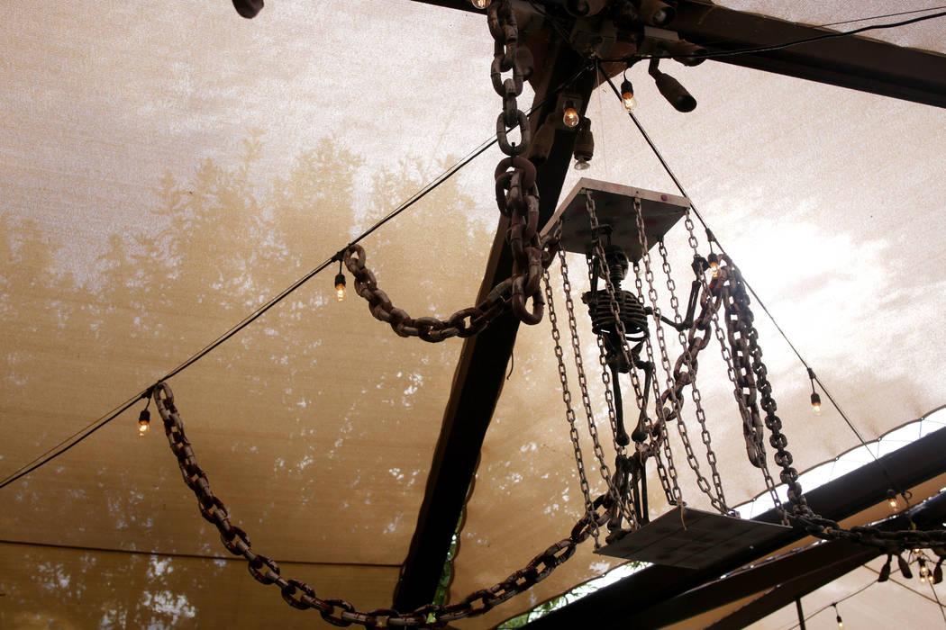 Las decoraciones cuelgan en la cala pirata, un lugar para pedir dulces en 'Haunted Harvest' de ...