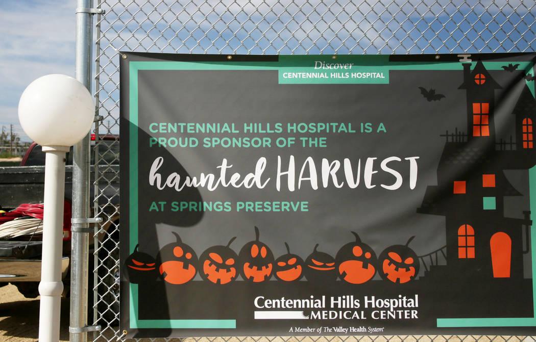 Un letrero de bienvenida a 'Haunted Harvest' en Springs Preserve en Las Vegas el jueves, 17 de ...