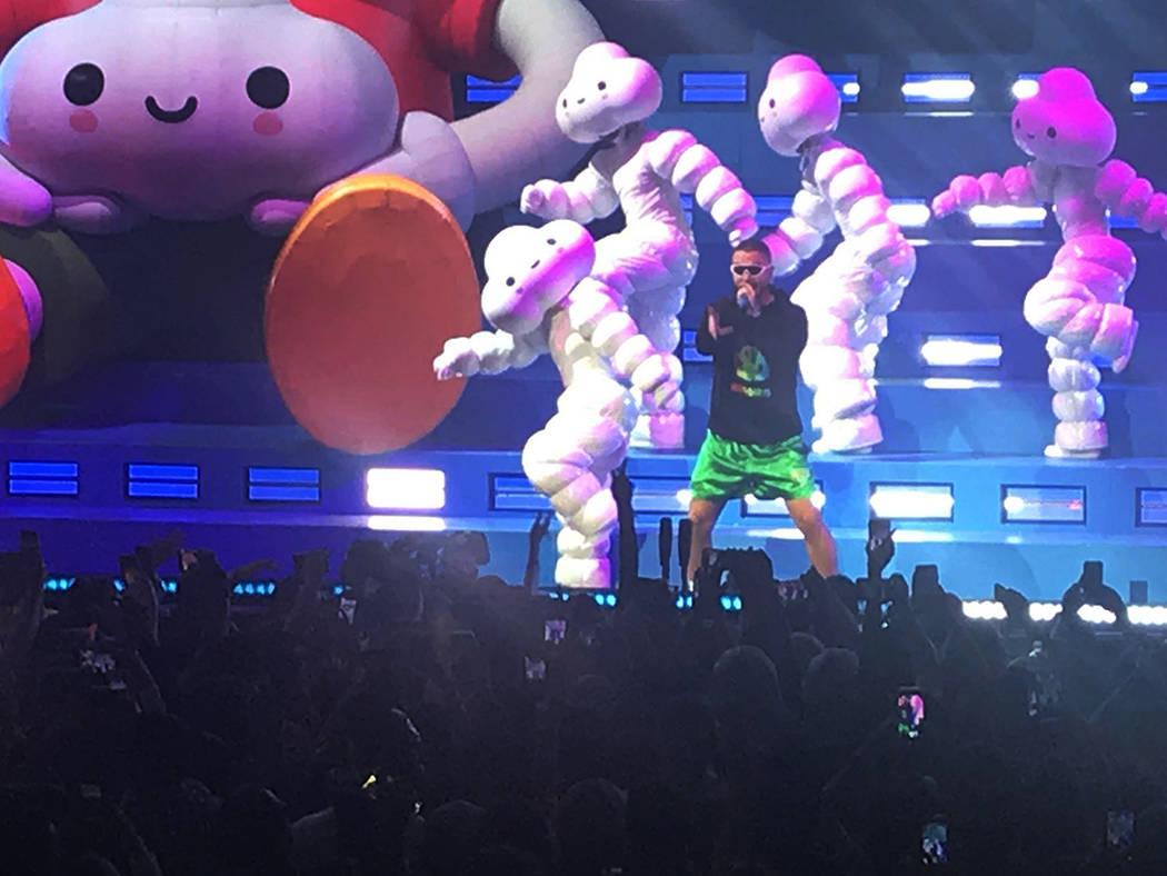 """J Balvin se presentó en la """"Ciudad de las Luces"""" como parte de su gira """"Arcoiris"""". Sá ..."""