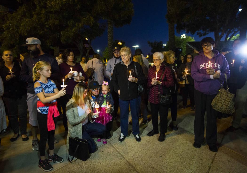 La gente sostiene velas en memoria de Gavin Murray Palmer, quien murió en el incendio de una c ...