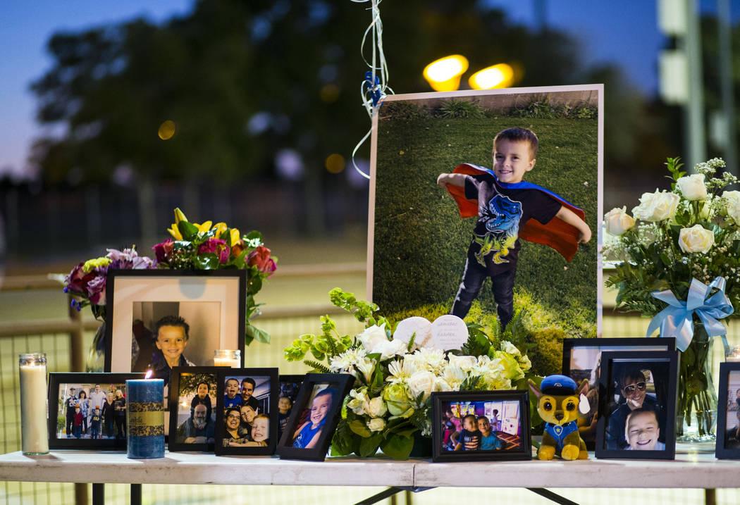 Fotos de Gavin Murray Palmer, quien murió en el incendio de una casa, durante un velorio en su ...