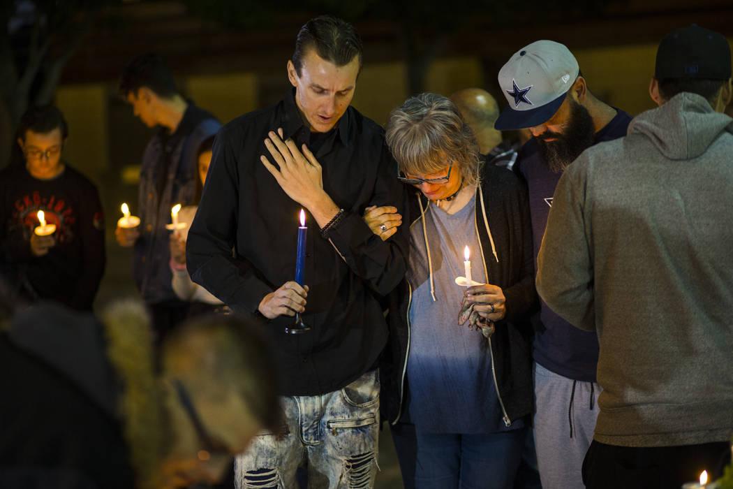Sean Murray, a la izquierda, y su madre, Kathleen Wheeler, le lloran a Gavin Murray Palmer, de ...