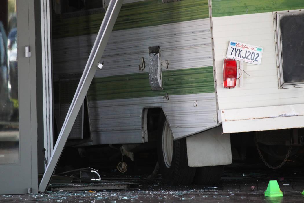 Una mujer de 50 años que fue expulsada de Cannery estrelló su Winnebago contra la entrada del ...