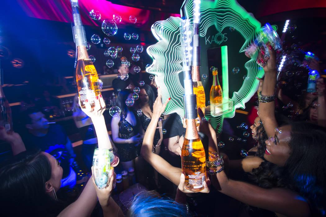 Botellas de champán se entregan a una mesa de un club nocturno en The Palms Las Vegas, el 5 de ...
