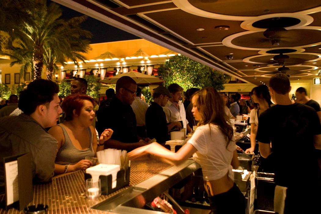 Se muestra una multitud durante una fiesta de alberca en XS, Encore en el Strip de Las Vegas. ( ...