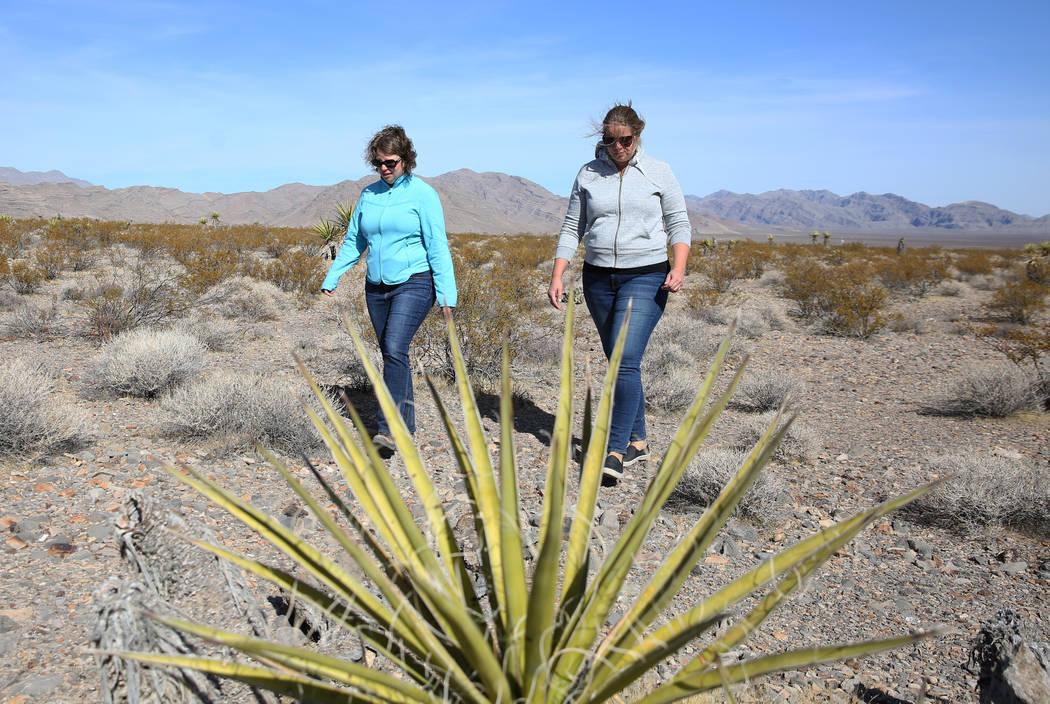 La vocera de la Oficina de Administración de Tierras, Kirsten Cannon, a la izquierda, y Lara K ...