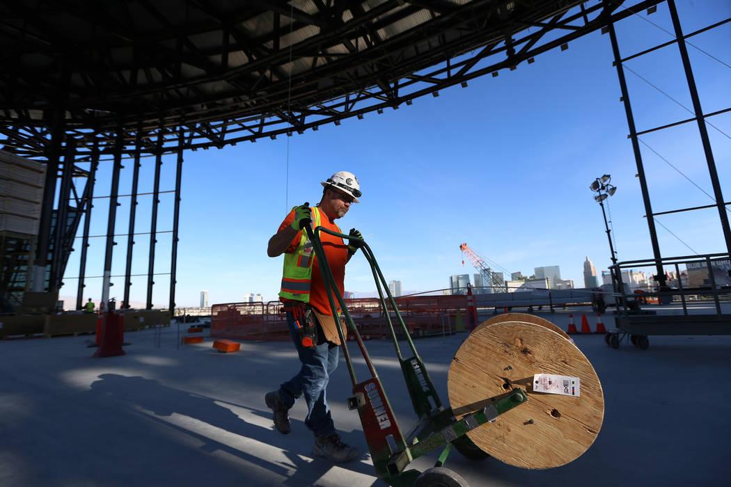 El trabajador eléctrico Randy, quien declinó dar su apellido, mueve equipos dentro del estadi ...
