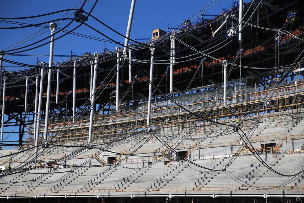 El sistema de red de cable que soportará el techo en el estadio Raiders Allegiant en Las Vegas ...