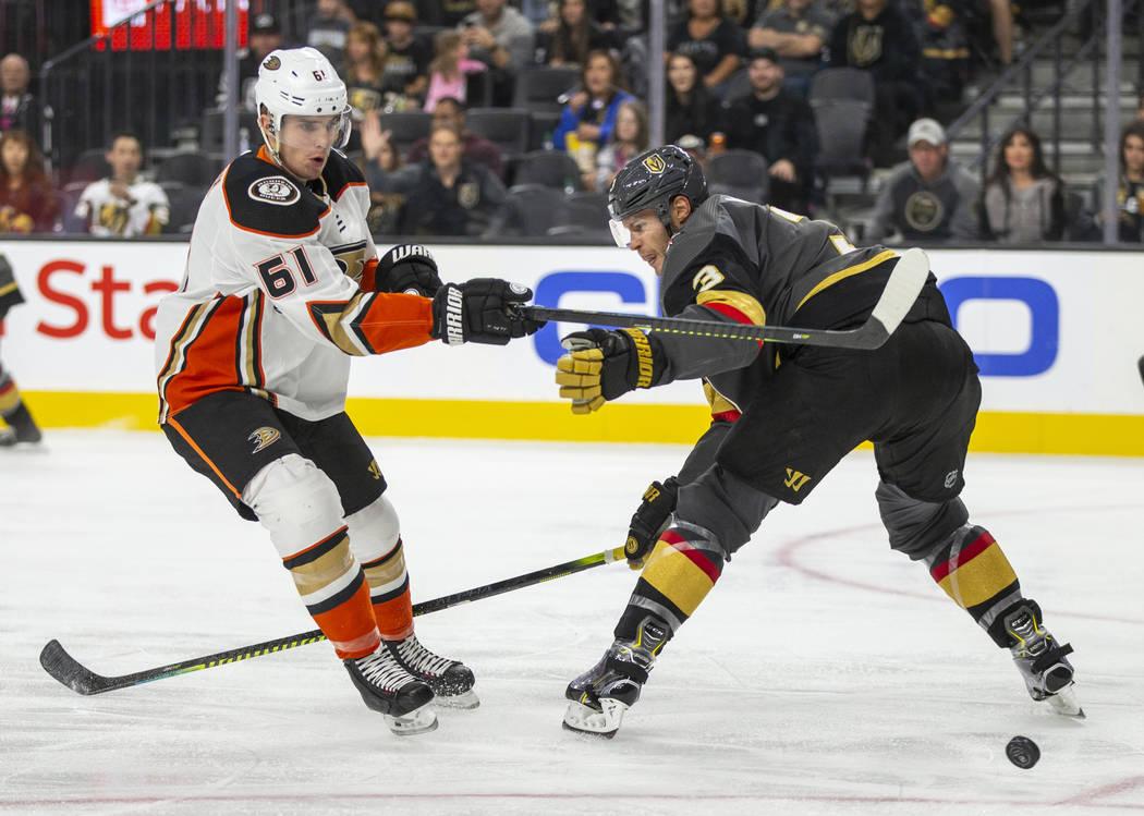 Al centro de los Anaheim Ducks, Troy Terry (61), le desvían el puck durante el segundo tiempo ...