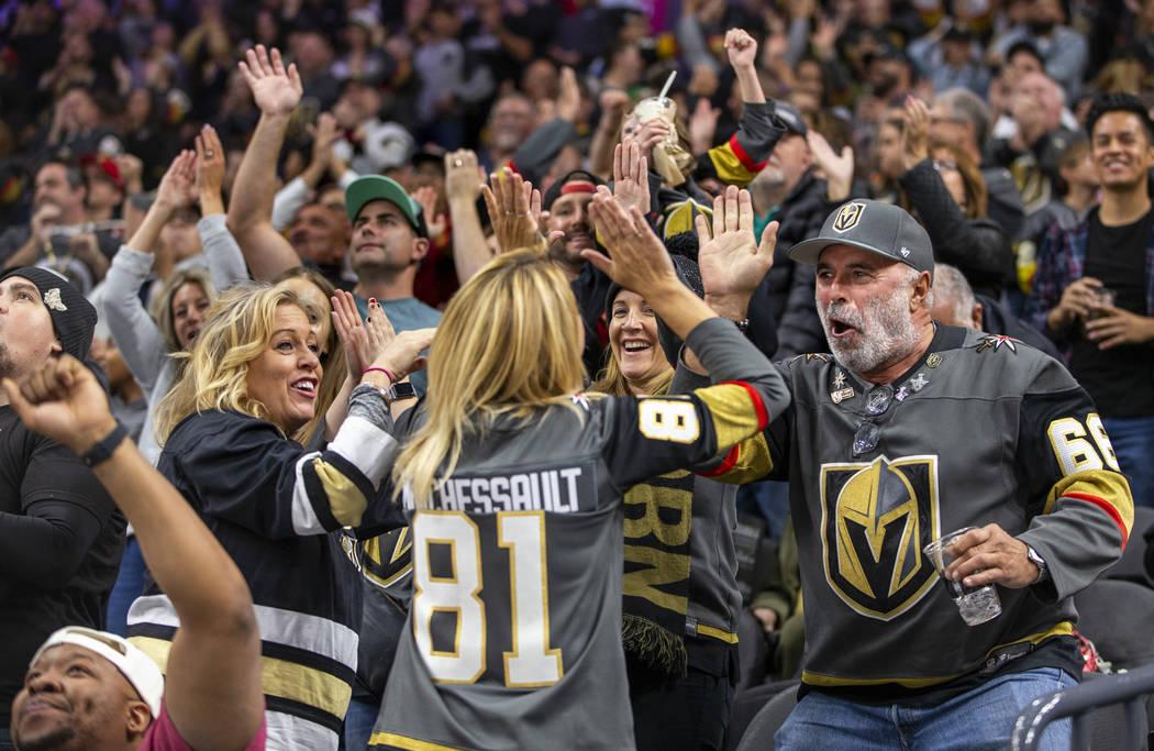 Fans de los Vegas Golden Knights celebran un gol contra los Anaheim Ducks durante el segundo ti ...