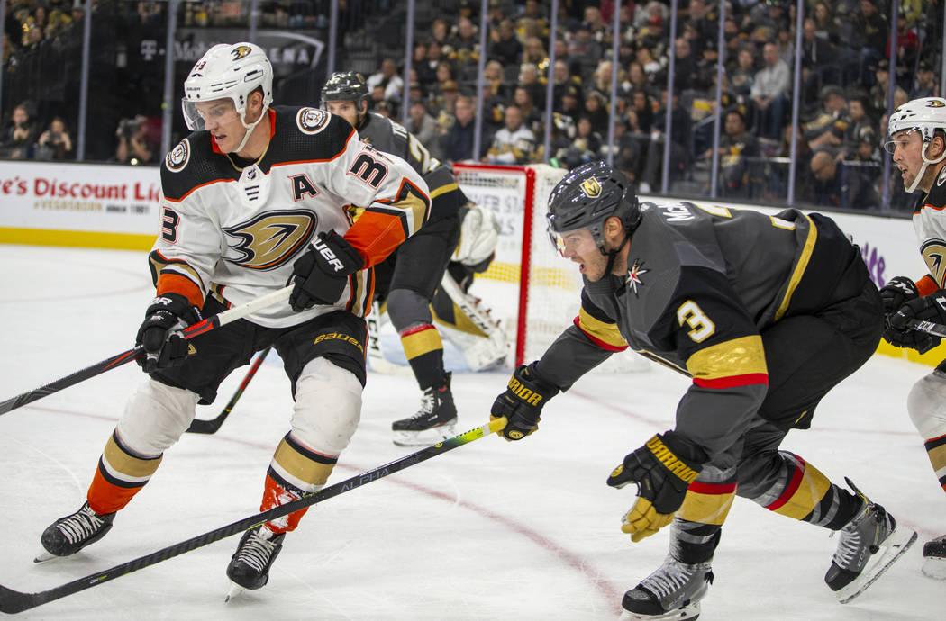El ala derecha de los Anaheim Ducks, Jakob Silfverberg (33), y el defensa de los Vegas Golden K ...
