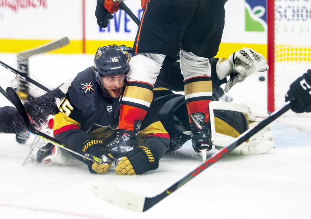 El defensa de los Vegas Golden Knights, Jon Merrill (15), va al hielo para ayudar a desviar un ...