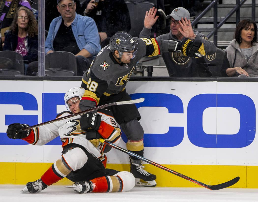 El centro de los Anaheim Ducks, Sam Steel (34), es derribado por el ala izquierda de los Golden ...