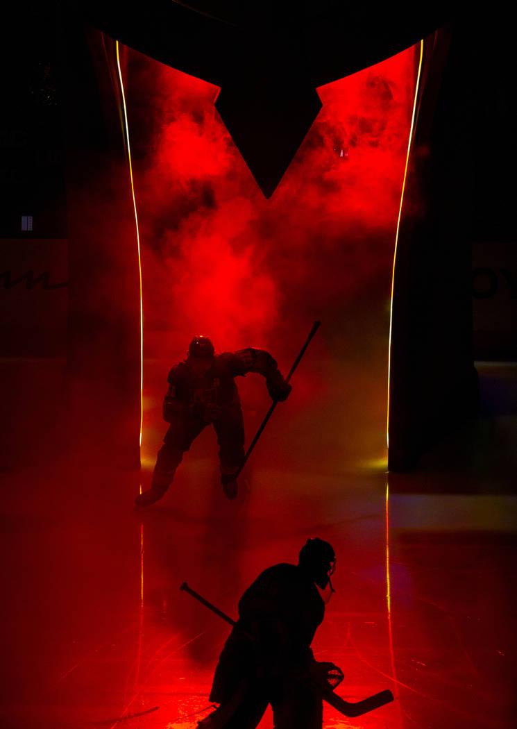 El ala derecha de los Vegas Golden Knights, Mark Stone (61), ingresa al hielo a través del cas ...