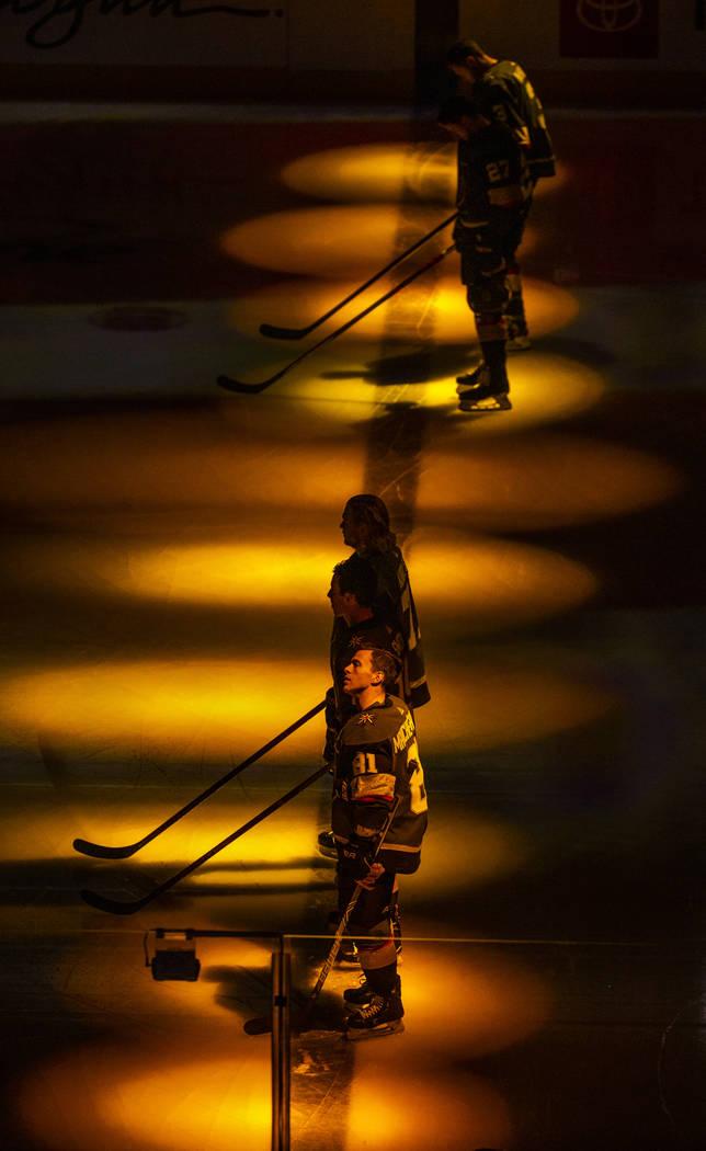 El centro de los Vegas Golden Knights, Jonathan Marchessault (81), y sus compañeros de equipo ...