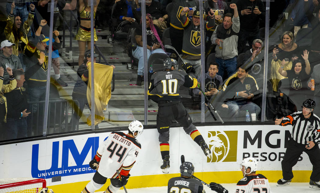 El centro de los Vegas Golden Knights, Nicolas Roy (10) salta al cristal mientras celebra su pr ...