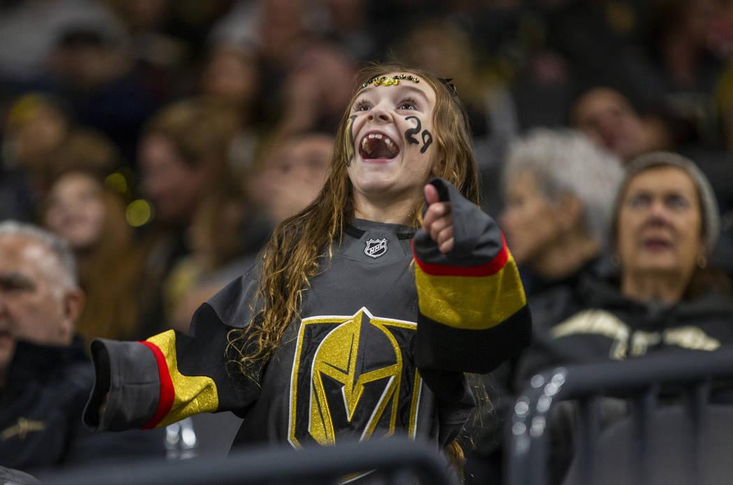 Una fan de los Golden Knights de Las Vegas se ve a sí misma en la pantalla grande mientras el ...