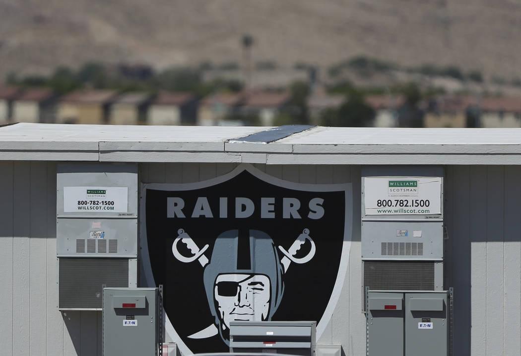 Una oficina portátil en las instalaciones de práctica de los Raiders en Henderson, miércoles ...