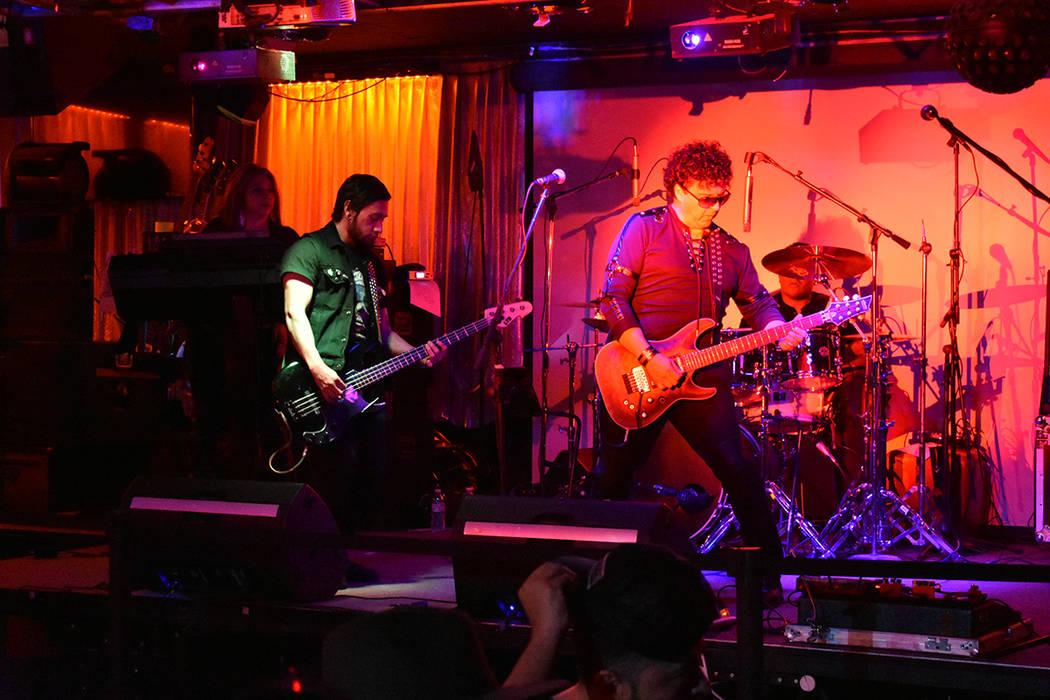 La banda Crows tocó algunos covers de Soda Stereo. Domingo 27 de octubre de 2019 en el club no ...