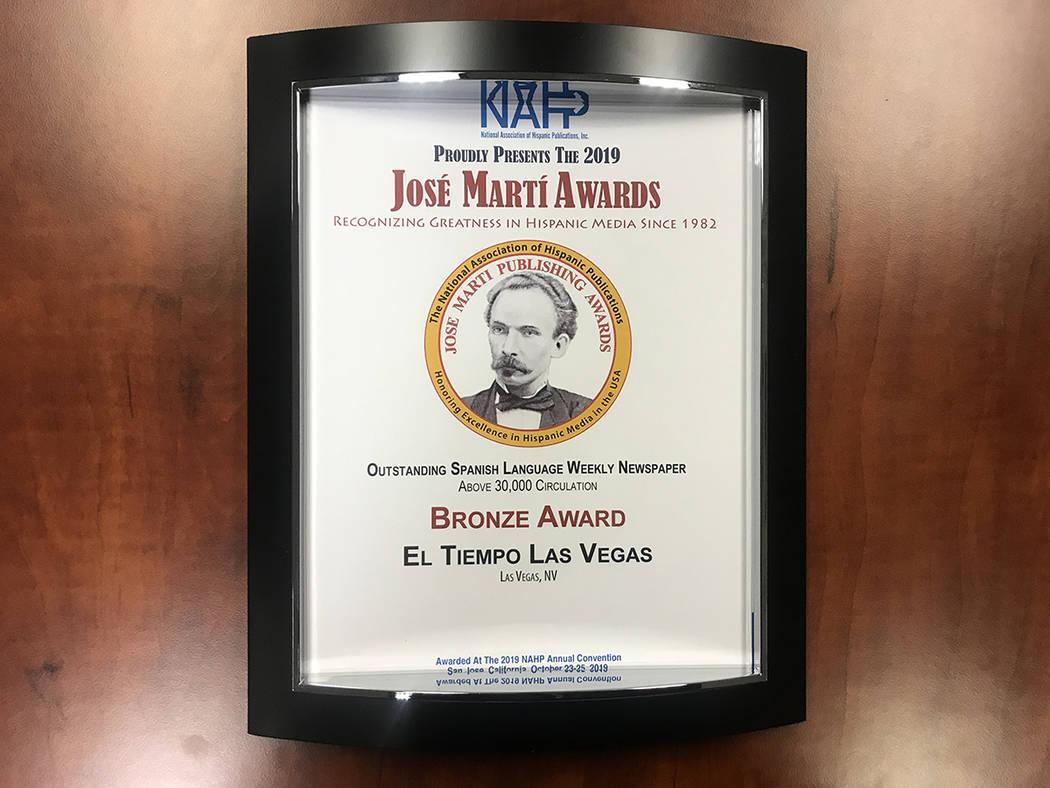 """Bronze Award entregado a El Tiempo en la categoría """"Outstanding Spanish Language Weekly Newspa ..."""