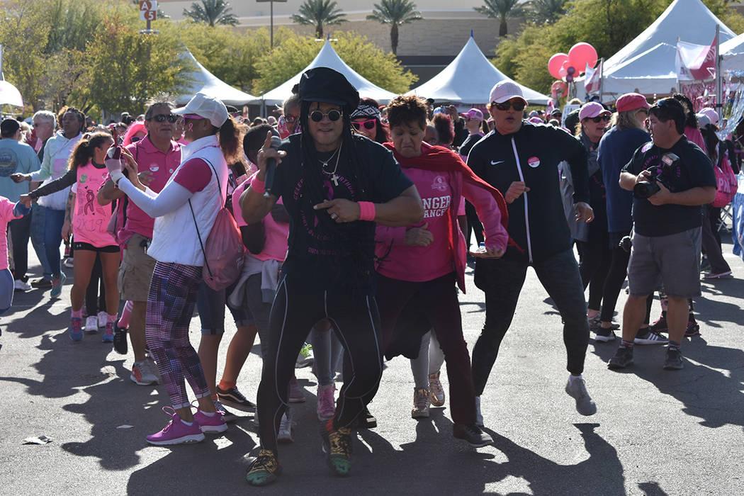 """Miles de personas participaron en la """"Caminata Contra el Cáncer de Mama 2019"""", realizada p ..."""